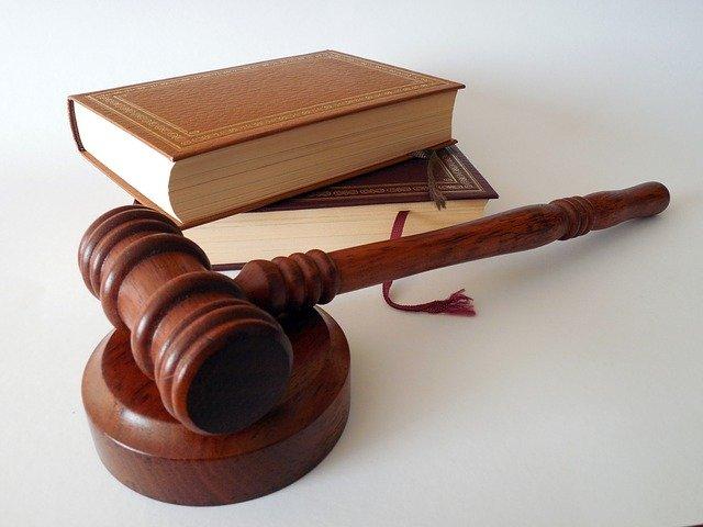apa perbedaan antara moral dan hukum